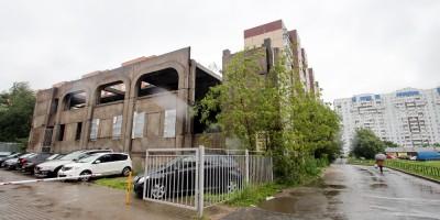 Недостроенный торговый центр на проспекте Королева, 46, корпус 4