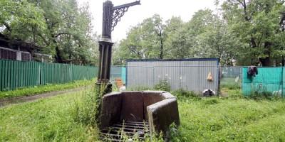 Стрельна, Готический колодец в Орловском парке