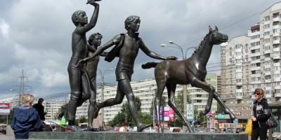 Станция метро Пионерская, Дети с жеребенком, скульптура