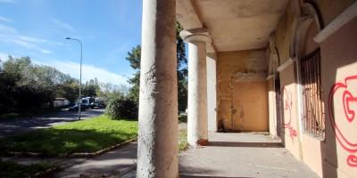 Караульный дом на Шкиперском протоке, 21, колонны