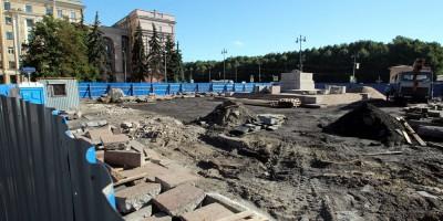 Площадь Чернышевского, перевернутые плиты