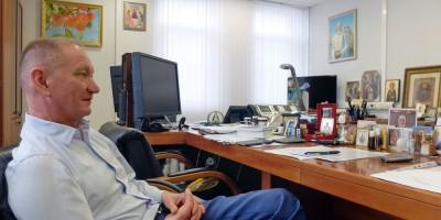 Аркадий Скоров в кабинете