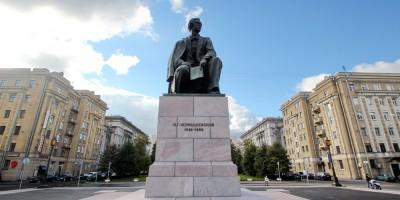 Площадь Чернышевского, памятник