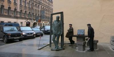 Памятник Довлатову