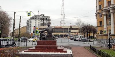 Памятник Федору Углову в сквере на улице Рентгена