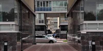 Улица Катерников, аркада жилого дома