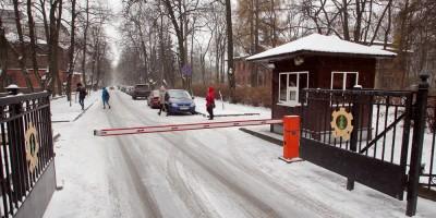 Институтский переулок, шлагбаум у Новороссийский улицы