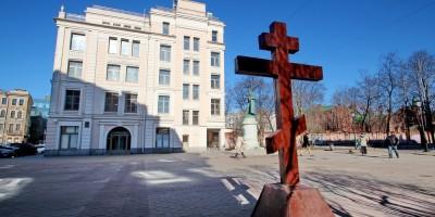 Греческая площадь, поклонный крест
