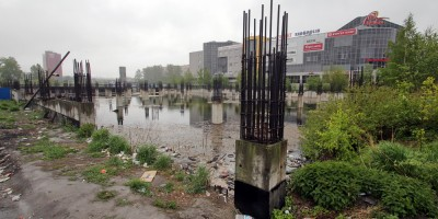 Улица Васи Алексеева, болото на месте недостроя