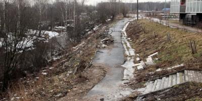 Берег реки Лубьи, обрушение пешеходной дорожки