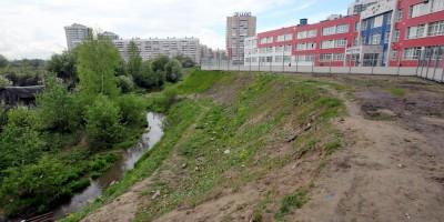 Река Утка возле школы на Русановской улице