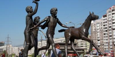 Станция метро Пионерская, Дети с жеребенком