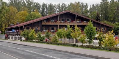 Теннисная аллея, деревянное здание