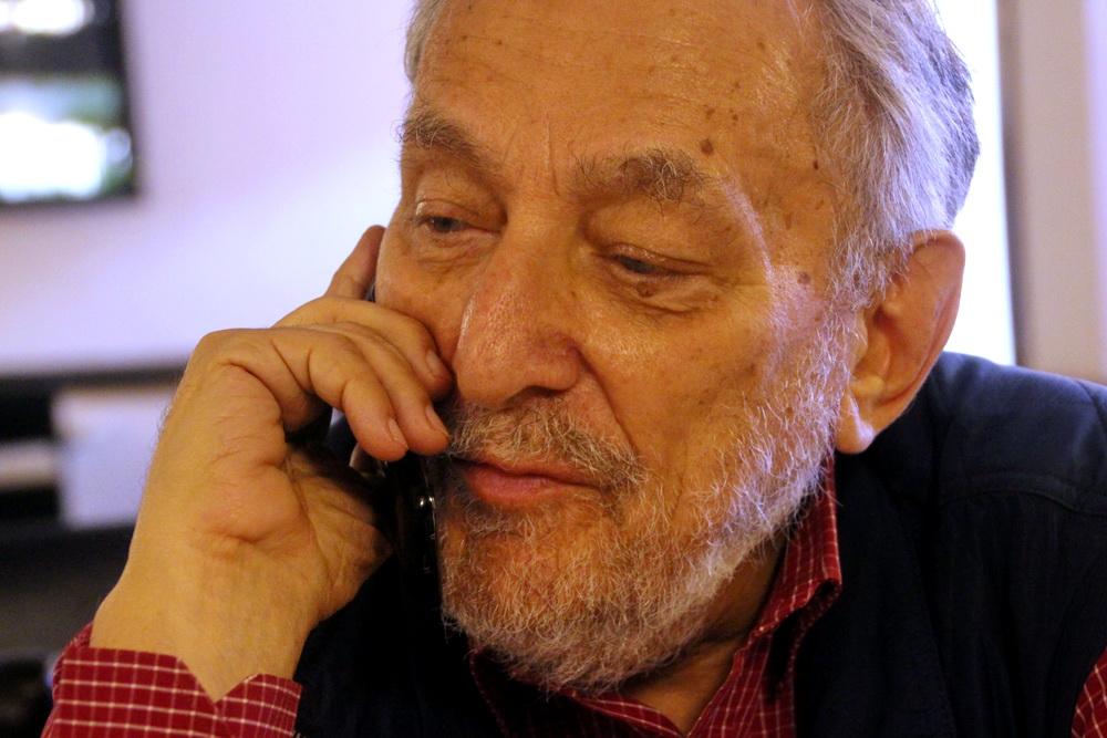 Михаил Мильчик с телефоном