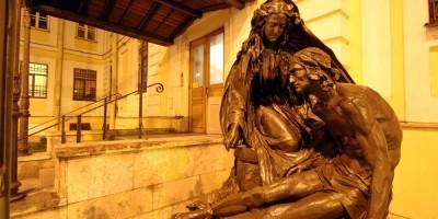 Набережная Лейтенанта Шмидта, памятник святой Анастасии