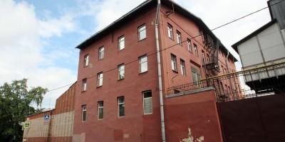 Новоовсянниковская улица, красное дореволюционное здание