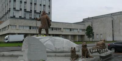 Памятник полярникам