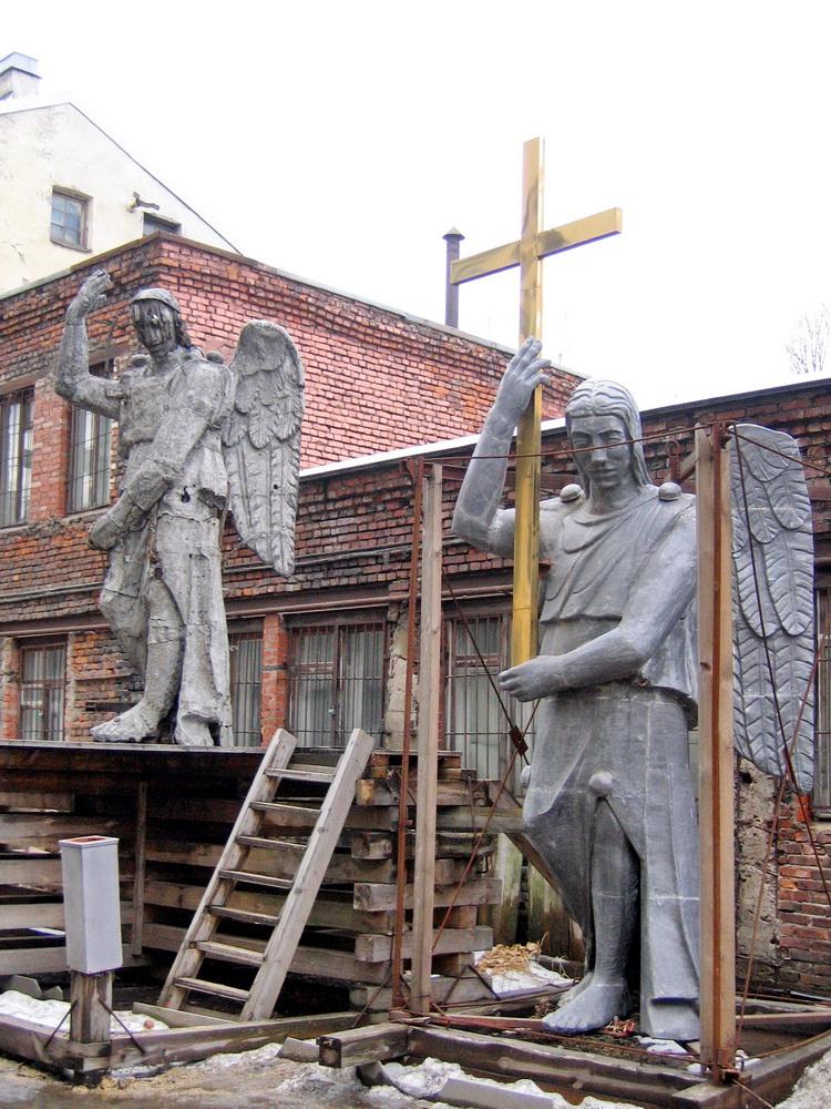 Кадетская линия, 27а, старая и новая скульптуры Ангела