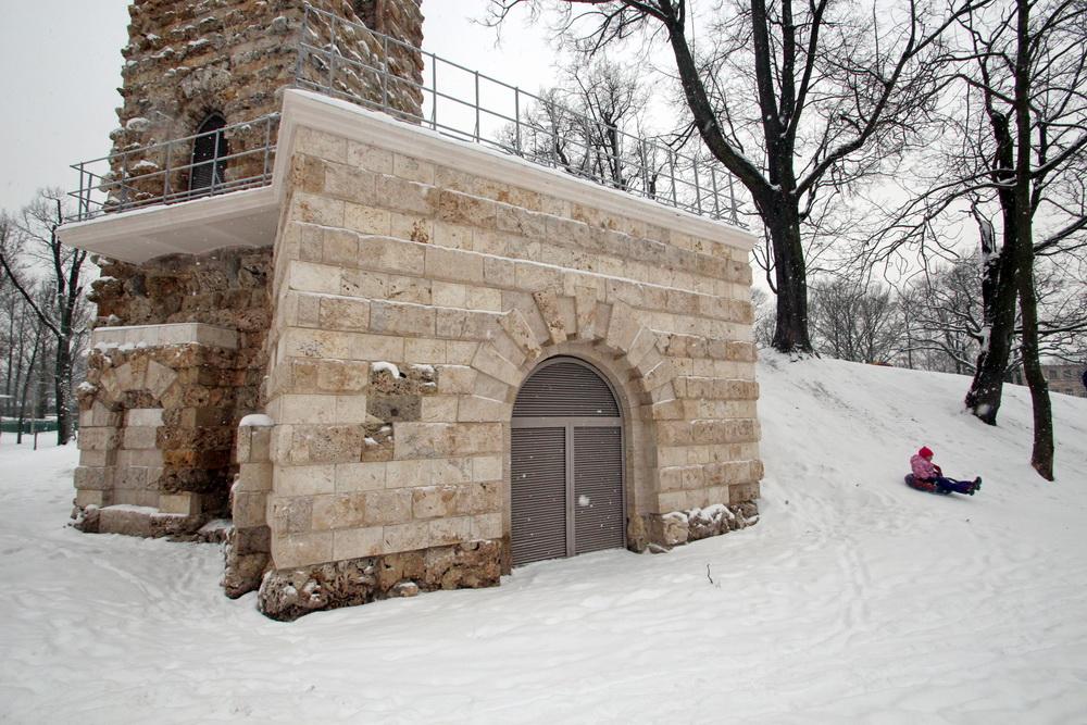 Стрельна, Башня-руина, вход