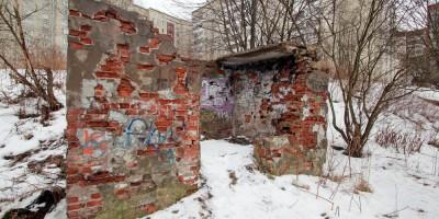 Рыбацкое, разрушенное кирпичное здание возле моста