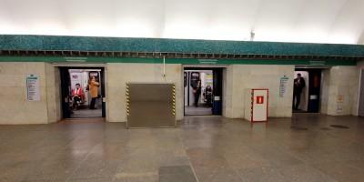 Станция метро Василеостровская, двери