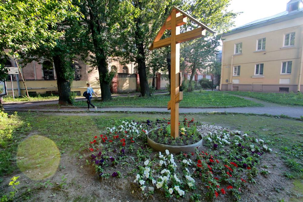 Лермонтовский проспект, крест на месте церкви царицы Александры