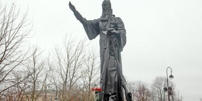 Пушкин, памятник полковому священнику на Соборной площади