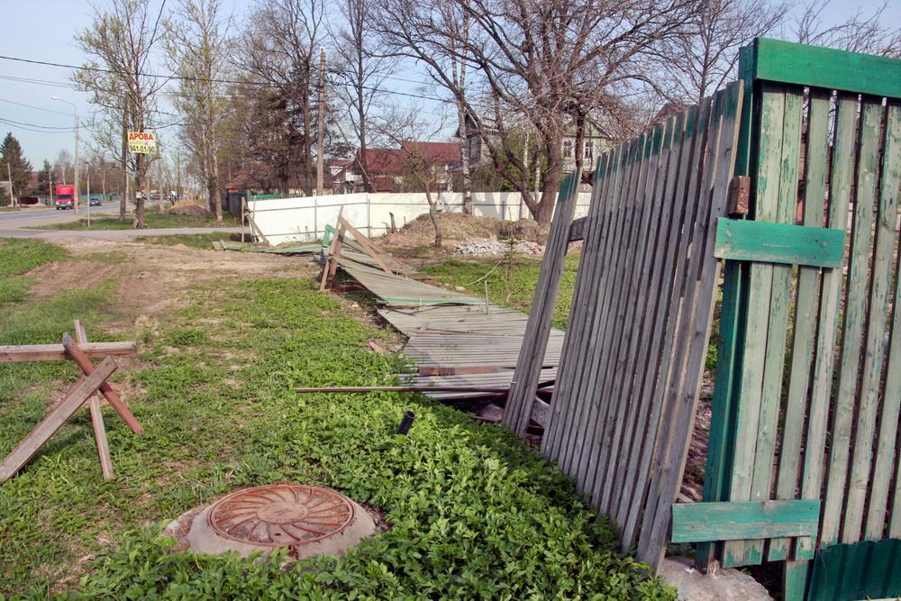 Сергиево, Волхонское шоссе, забор упал