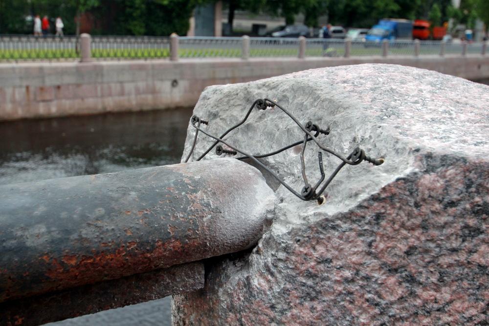 Набережная Карповки, ограждение, сломаная тумба