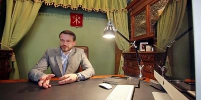 Игорь Пасечник в кабинете