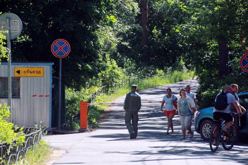 Солнечное, Петровская улица, шлагбаум