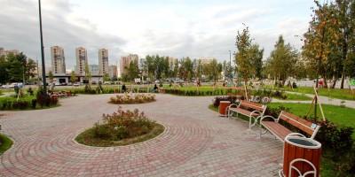 Угол Туристской и Школьной улиц, сквер, клумбы