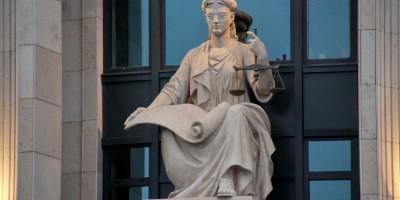 Улица Смольного, 6, скульптура Фемиды на здании суда