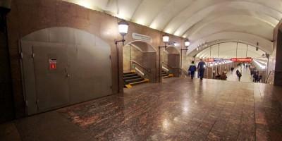 Станция метро Достоевская, проход от эскалаторов