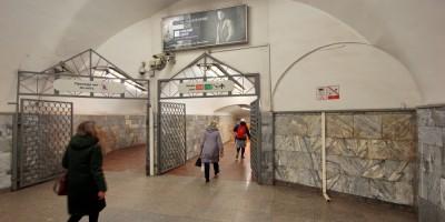 Станция метро Площадь Александра Невского, проход от эскалаторов