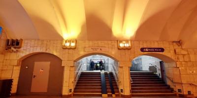 Станция метро Площадь Александра Невского, проход от эскалаторов, лестница