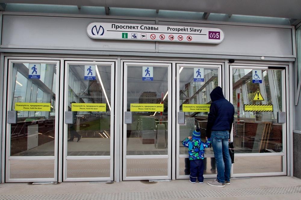 Станция метро Проспект Славы, двери