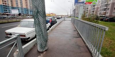 Мост на улице Коллонтай, тротуар