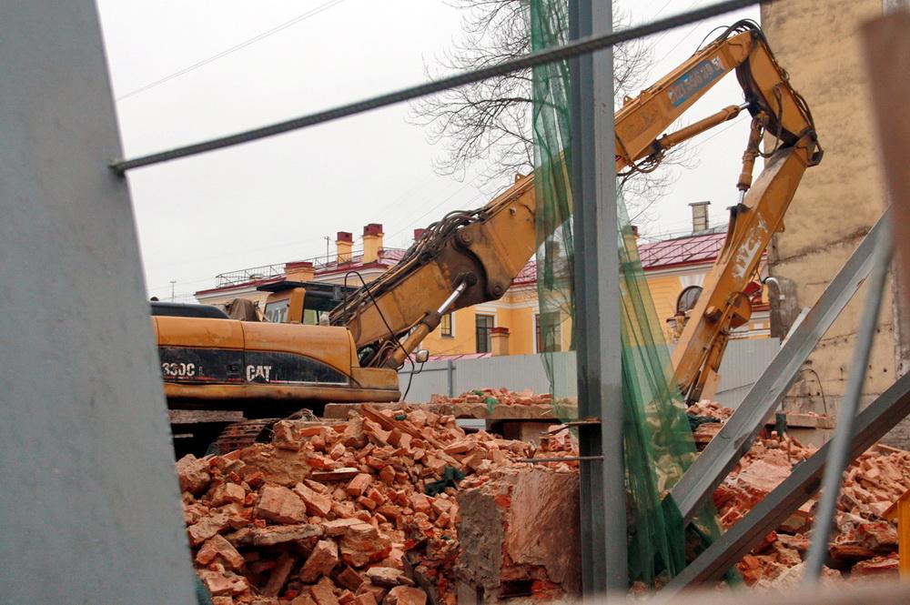 Бронницкая улица, фасад после сноса, экскаватор