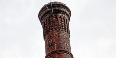 Производственное здание с дымовой трубой Киновиевского ультрамаринового завода Веге на Октябрьской набережной, дымовая труба