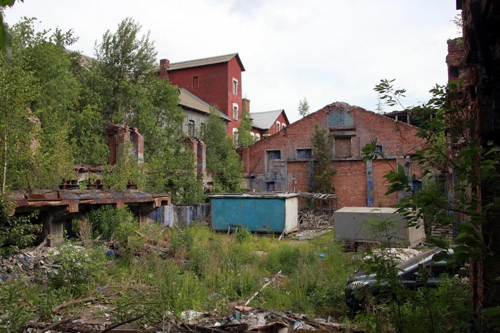 Производственное здание с дымовой трубой Киновиевского ультрамаринового завода Веге на Октябрьской набережной, руины