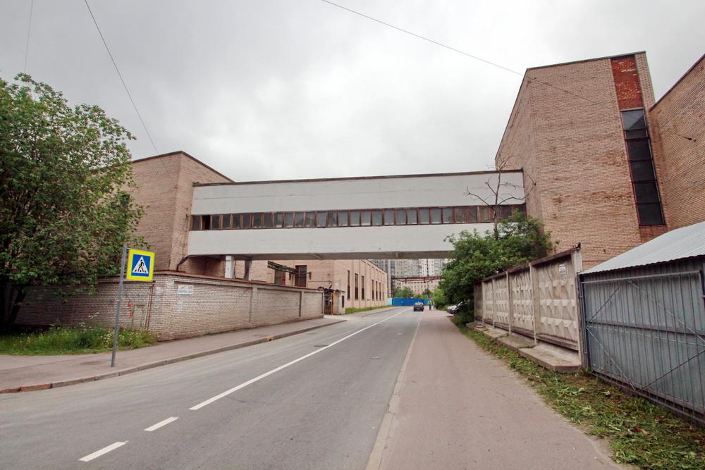 Набережная Черной речки, 41, литера С, с надземным переходом над Лисичанской улицей