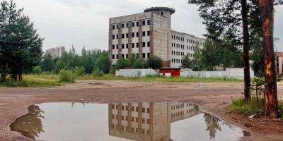 Здание НИИ прикладной астрономии на Заповедной улице, 51, корпус 3, и лужа