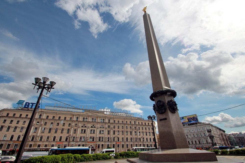 Площадь Восстания, стела городу-герою Ленинграду