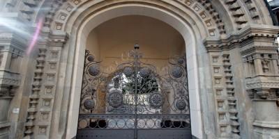 Подворье Староладожского женского монастыря на углу Нарвского и Старо-Петергофского проспектов, арка