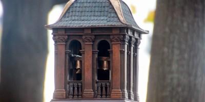 Троицкая площадь, памятный знак Троице-Петровского собора, колокольня