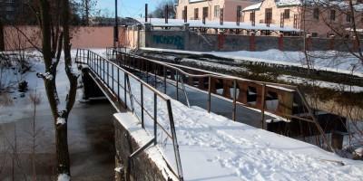 Черная речка, пешеходный мост в конце Сабировской улицы
