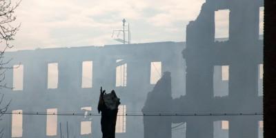 Фабрика Торнтон на Октябрьской набережной, 50, после пожара, обрушенные стены