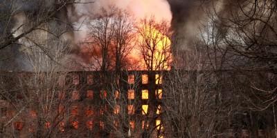 Октябрьская набережная, 50, пожар на фабрике Торнтон, горит
