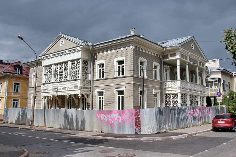 Дом Савинской на углу улиц Первого Мая и Госпитальной в Павловске